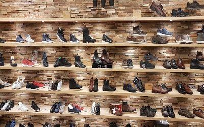 Zwevende wandplanken eiken fineer schoenenwinkel Voorschoten